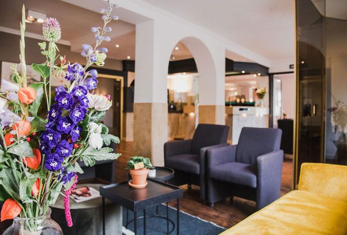 De recent verbouwde lobby en receptie van Hotel Riche in Valkenburg